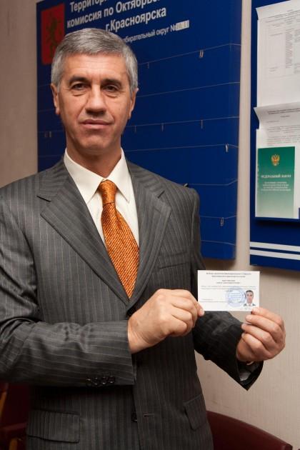 Вручение удостоверения об избрании в депутаты ЗС Красноярского края второго созыва.